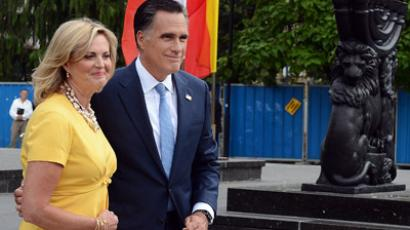 US Republican presidential candidate and former Massachusetts Governor Mitt Romney and his wife Ann leave after visiting the World War II Warsaw Ghetto monument on July 31, 2012, in Warsaw.  (AFP Photo/Janek Skarzynski)