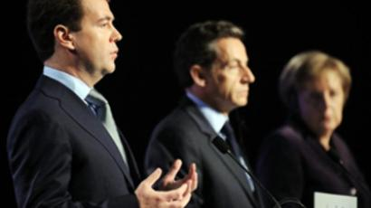 France, Deauville : French President Nicolas Sarkozy (C), German Chancellor Angela Merkel (R) and Russian President Dmitri Medvedev (L) give a press conferenceon October 19, 2010 (AFP Photo / Eric Feferberg)