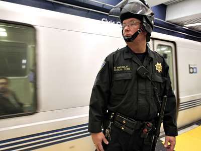 United States, San Francisco: A Bay Area Rapid Transit (BART) police officer stands guard during a protest on the platform at the Civic Center station on August 22, 2011 in San Francisco (AFP  Photo / Justin Sullivan)