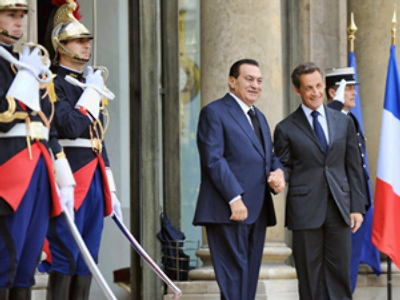 France, Paris: French President Nicolas Sarkozy (R) welcomes his Egyptian counterpart Hosni Mubarak on August 30, 2010. (AFP Photo / Lionel Bonaventure)