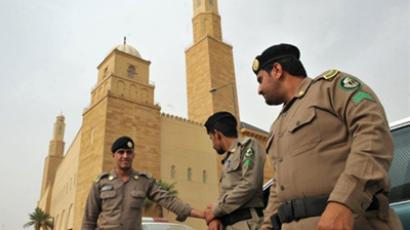"Saudi policemen stand guard in front of ""Al-rajhi mosque"" in central Riyadh on March 11, 2011 as Saudi Arabia launched a massive security operation in a menacing show of force to deter protesters from a planned ""Day of Rage"" to press for democratic reform in the kingdom (AFP Photo / Fayez Nureldine)"