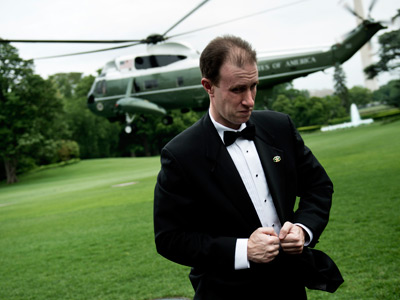 A Secret Service Agent holds his tuxedo together as Marine One with US President Barack Obama lands on the South Lawn of the White House on May 8, 2012 in Washington (AFP Photo / Brendan Smialovski)