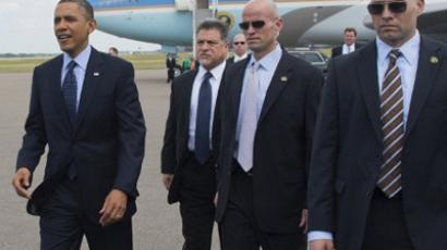 Barack Obama (L), surrounded by US Secret Service agents (AFP Photo / Saul Loeb)