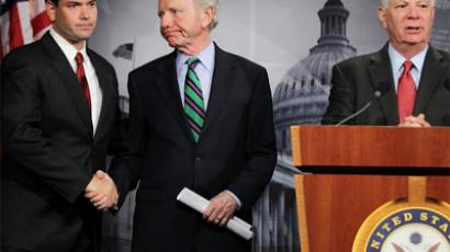Sen. Joseph Lieberman (ID-CT) (C) shakes hands with Sen. Marco Rubio (R-FL) (L) as Sen. Benjamin Cardin (D-MD) (R) speaks during a news conference (AFP Photo / Getty Images)