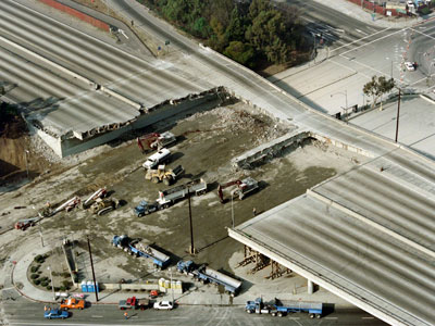 Los Angeles.An archive photo taken on January 19, 1994 shows an aerial view of Santa Monica freeway after the 6,6 earthquake on January 17. (AFP Photo / Vince Bucci)