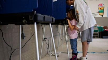 Brad Wallace, and his daughter Hannah Wallace, 6, of Charleston, South Carolina, vote in the South Carolina primary at W L Stephens Aquatic Center on January 21, 2012 in Charleston, South Carolina (Andrew Burton / Getty Images / AFP)