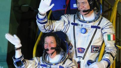 US astronaut Cady Coleman (C), Italian astronaut Paolo Nespoli (T) and Russian cosmonaut Dmitry Kondratiev wave before boarding Soyuz TMA-20 at the Russian leased Baikonur cosmodrome on December 15, 2010 (AFP Photo / Dmitry Kostyukov)