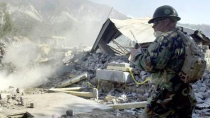 US soldier looks at collaped houses in an earthquake devastated area of Muzaffarabad, the capital of Pakistani-administered Kashmir, 05 November 2005(AFP Photo / Banaras Khan)