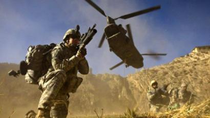 Afghanistan, Spira: US Army soldiers from 2-506 Infantry 101st Airborne Division and Afghan National Army soldiers take positions after racing off the back of a UH-47 Chinook helicopter. (AFP Photo / David Furst)