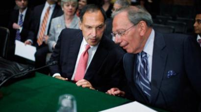 Lehman Brothers former Chairman and CEO Richard Fuld (L) talks with Harvey Miller, business finance and restructuring partner at Weil, Gotshal & Manges, LLP, before the two men testify to the Financial Crisis Inquiry Commission about the roots and causes of the 2008 financial and banking meltdown in U.S. and worldwide markets on Capitol Hill (AFP Photo)