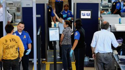Transportation Security Administration (TSA) agents screen passangers at airport (AFP Photo / Kevork Djansezian)