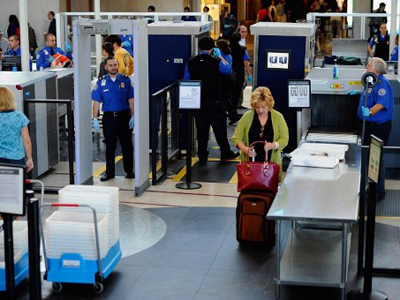 Transportation Security Administration (TSA) agents screen passangers at Los Angeles International Airport (AFP Photo / Kevork Djansezian)