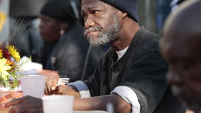 Bennie Thomas, who is homeless, eats a free Thanksgiving meal for the Skid Row homeless and needy at the Los Angeles Mission in Los Angeles, California November 21, 2012. (Reuters/Jason Redmond)