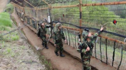 South Korean soldiers patrol along a wire fence at border with North Korea in Yanggu (Republic of Korea out / AFP Photo)