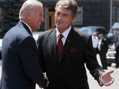 Viktor Yushchenko (R) welcomes US Vice President Joe Biden (AFP Photo / Sergei Supinsky)