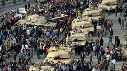 Egypt, Cairo: A column of Abrams tanks line the street as Egyptian demonstartors gather in Tahrir Square in Cairo, on January 30, 2011. (AFP Photo / Miguel Medina)