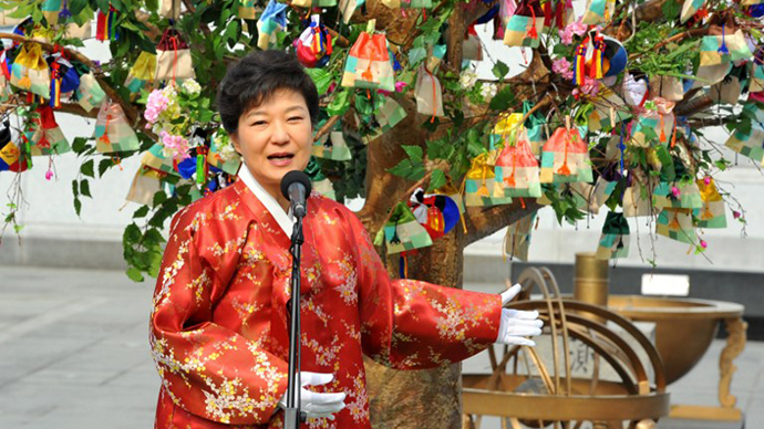 South Korea's new President Park Geun-Hye wearing a traditional Hanbok dress delivers a speech after her inauguration in Seoul February 25, 2013. (AFP Photo / Kim Jae-Hwan)