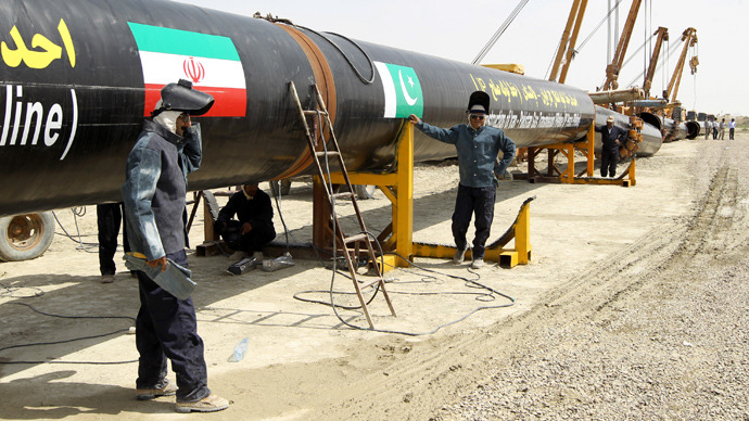 Iranians work on a section of a pipeline linking Iran and Pakistan after the project was launched during a ceremony in the Iranian border city of Chah Bahar on March 11, 2013 (AFP Photo / Atta Kenare)
