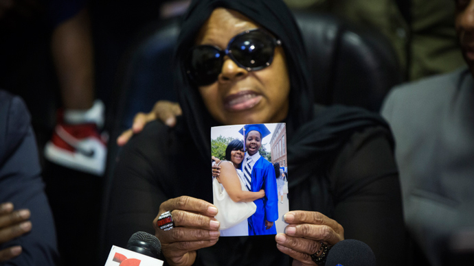 Carol Gray shows a photograph of her late son Kimani Gray, who was killed in a New York Police Department shooting, during a news conference in the Brooklyn borough of New York, March 14, 2013 (Reuters / Lucas Jackson)