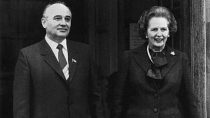 British Prime Minister Margaret Thatcher (R) poses with Mikhail Gorbatchev, Soviet Politburo member, during their meeting in Chequers (north of London) on 16 December, 1984 (AFP Photo / Files / Roy Letkey)