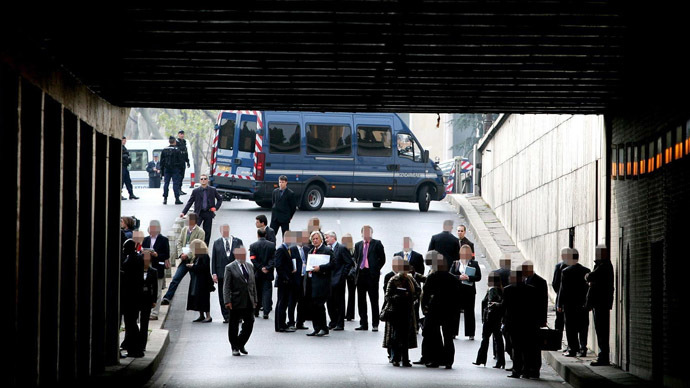 The jury from the Coroner's inquest into the deaths of Diana, Princess of Wales and Dodi Al Fayed enter the Pont de l'Alma tunnel in Paris 08 October 2007 where the Mercedes in which the couple were traveling crashed. (Cathal McNaughton/Pool)