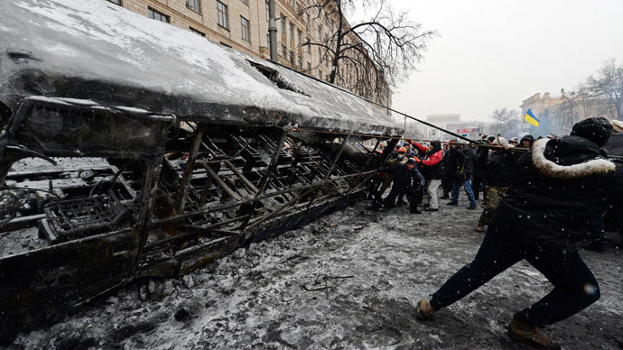 Ukrainian opposition activists build barricades with burned bus after violent clashes in central Kiev January 21, 2014.(AFP Photo / Vasily Maximov)