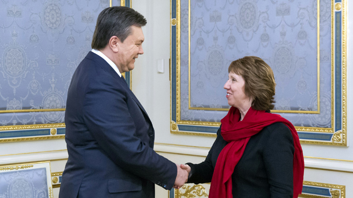 Ukrainian President Viktor Yanukovych (L) shakes hands with EU foreign policy chief Catherine Ashton prior to their meeting in Kiev on January 29, 2014. (AFP Photo / Presidential Press Service Pool / Andriy Mosienko)