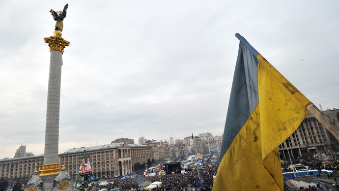A Ukrainian flag flies over Independence Square in central Kiev (AFP Photo / Genya Savilov)