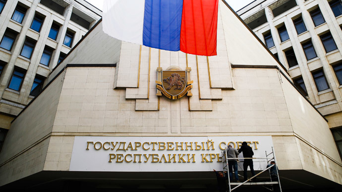 Workers put up a new sign at the local parliament building in Simferopol March 19, 2014.Workers put up a new sign at the local parliament building in Simferopol March 19, 2014.(Reuters / Thomas Peter )