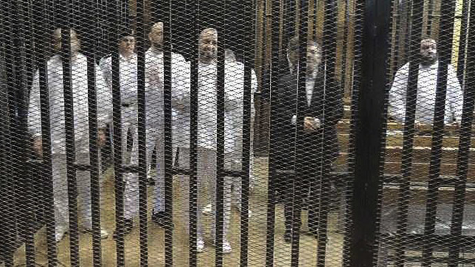 Ousted former Egyptian president Mohamed Mursi (2nd R) stands with other senior figures of the Muslim Brotherhood in a cage in a courthouse on the first day of his trial, in Cairo, November 4, 2013. (Reuters)