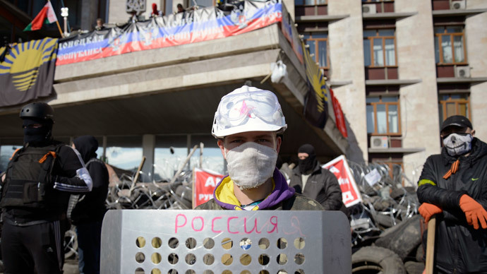 Pro-Russian protesters gather at a barricade outside a regional government building in Donetsk, April 8, 2014.(Reuters / Maks Levin)