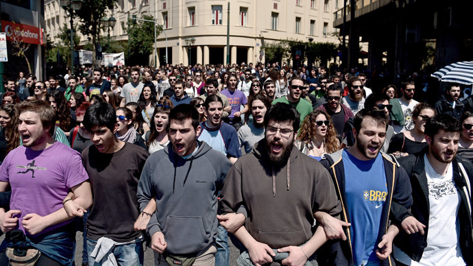 Demonstrators shout slogans during a 24-hour general strike in Athens on April 9, 2014. (AFP Photo)