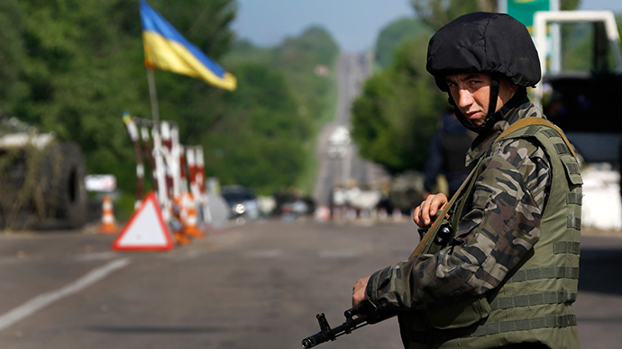 An Ukrainian army soldier mans a road-block north of the eastern Ukrainian town of Slavyansk May 13, 2014 (Reuters / Yannis Behrakis)