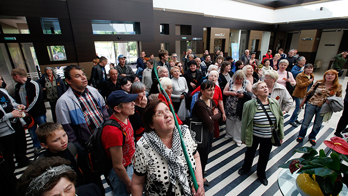 Pro-Russian activists gather inside a hotel as they search for Ukrainian politician and presidential candidate Yulia Tymoshenko, who was said to be staying in the hotel according to activists, in Donetsk, May 12, 2014 (Reuters / Maxim Zmeyev)
