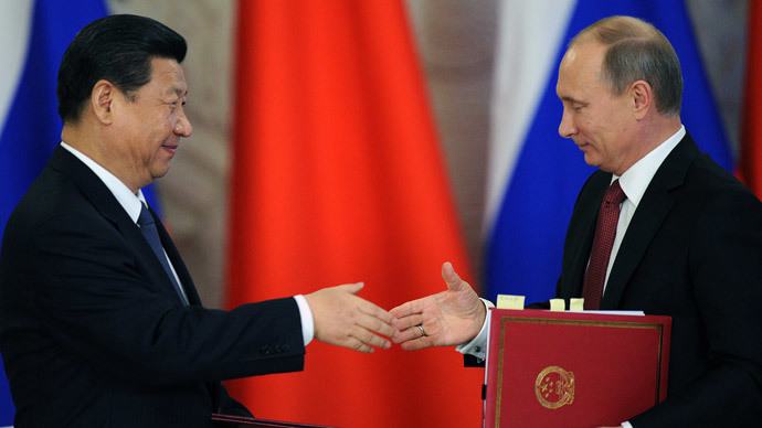 Russia's President Vladimir Putin (R) shakes hands with his Chinese counterpart Xi Jinping.(AFP Photo / Alexander Nemenov )