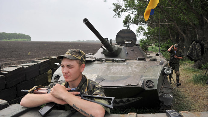 Ukrainian troops guard the road from Izyum to Slavyansk on May 19, 2014.(AFP Photo / Genya Savilov )