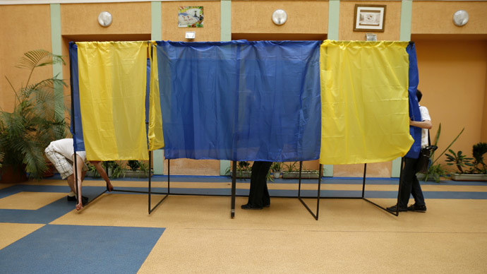 Election commission officials install voting booths at a poling station in Kiev, May 24, 2014. (Reuters/David Mdzinarishvili)
