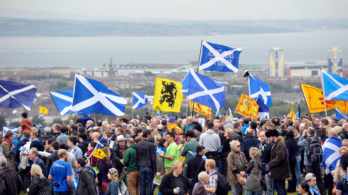 Pro-independence supporters wave the Saltire as they gather in Edinburgh.(AFP Photo / Andy Buchanan)