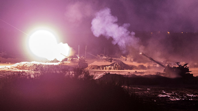 An Israeli artillery gun fires a 155mm shell towards targets in the Gaza Strip from their position near Israel's border with the Gaza Strip on July 30, 2014. (AFP Photo)