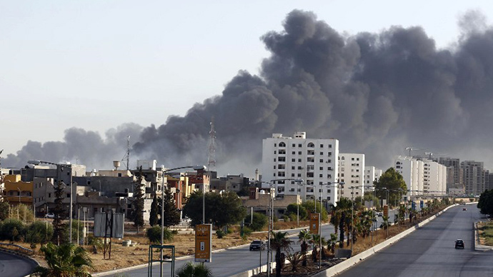 Black smoke billows across the sky after a petrol depot was set ablaze during clashes between rival militias near Tripoli's international airport, on the outskirts of the capital, on August 13, 2014. (AFP Photo)