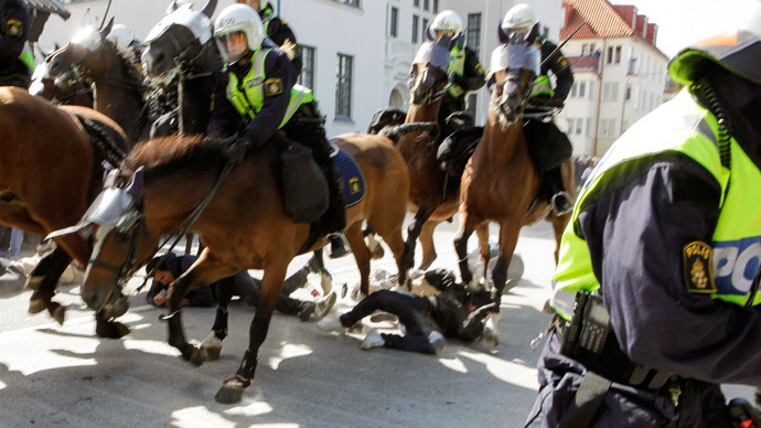 "Police mounted on horses move against counter-demonstrators protesting against an election meeting arranged by the neo-nazi party ""Svenskarnas Parti"", in cental Malmo, Southern Sweden, on August 23, 2014.(AFP Photo / Drago Prvulovic)"