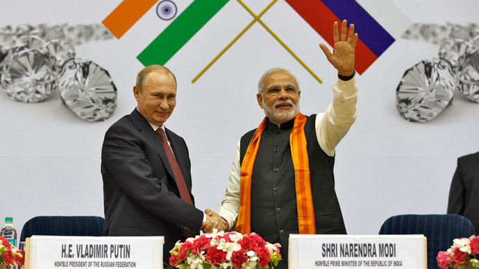 India's Prime Minister Narendra Modi (R) waves to a gathering as Russian President Vladimir Putin.(Reuters / Ahmad Masood)