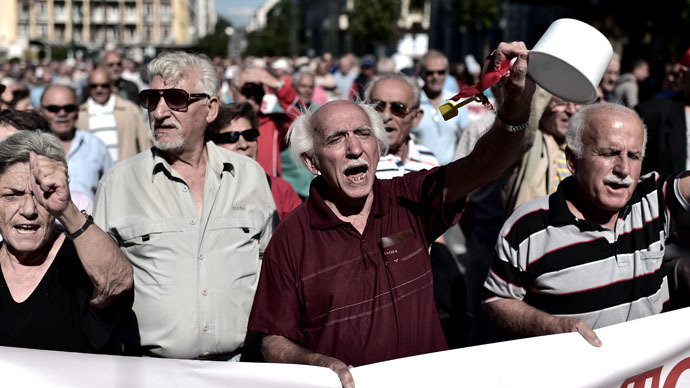 Pensioners demonstrate on October 2, 2014 in the center of Athens against economy measures taken by the Greek government. (AFP Photo)