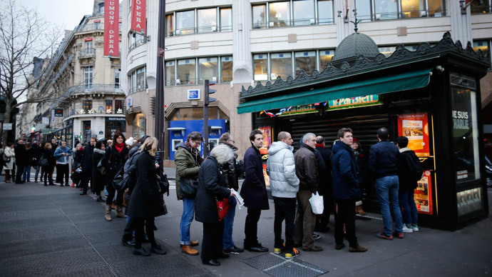 People queue to get a copy of satirical French magazine Charlie Hebdo.(Reuters / Stephane Mahe)