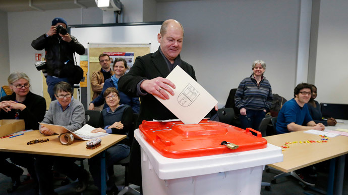 Social Democratic Party (SPD) top candidate, Hamburg Mayor Olaf Scholz, casts his vote in a state election in Hamburg, February 15, 2015.(Reuters / Morris Mac Matzen)