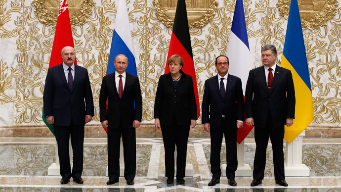 Belarus' President Alexander Lukashenko (L), Russia's President Vladimir Putin (2nd L), Ukraine's President Petro Poroshenko (R), Germany's Chancellor Angela Merkel (C) and France's President Francois Hollande pose for a family photo during peace talks in Minsk, February 11, 2015.(Reuters / Grigory Dukor)
