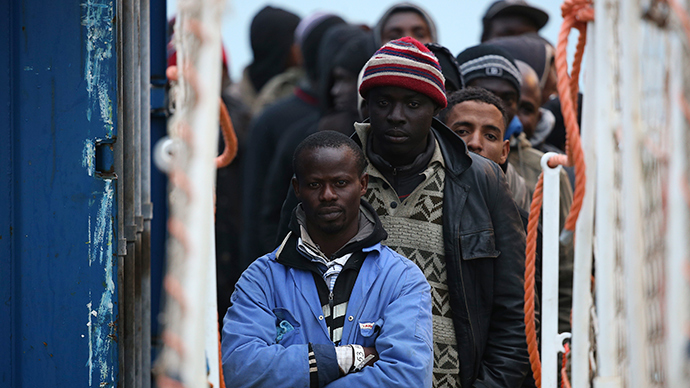 Migrants arrivie by boat at the Sicilian harbor of Pozzallo, February 16, 2015 (Reuters / Alessandro Bianchi)