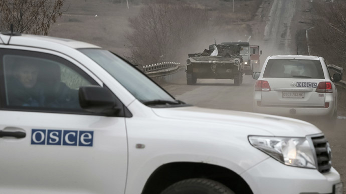 Vehicles of Special Monitoring Mission of the Organization for Security and Cooperation (OSCE) to Ukraine are seen near Debaltsevo, eastern Ukraine, February 20, 2015. (Reuters/Gleb Garanich)
