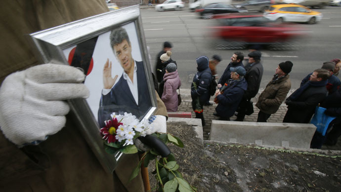 People stand in line to attend a memorial service before the funeral of Russian leading opposition figure Boris Nemtsov, as vehicles drive by, in Moscow, March 3, 2015. (Reuters/Maxim Shemetov)