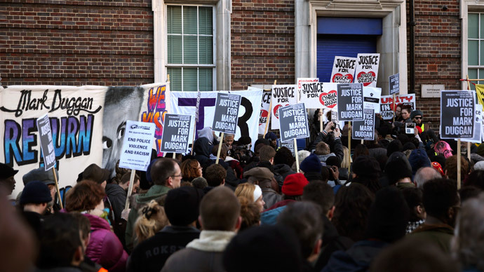 Crowds gather at a vigil for Mark Duggan, outside Tottenham Police Station in Tottenham, north London January 11, 2014.(Reuters / Neil Hall)